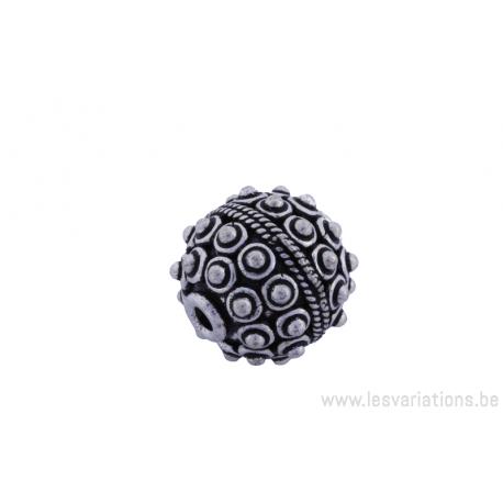 Perle ronde en métal argenté d'Inde - tressé au centre demi boule de chaque côté x2