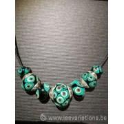 collier en perles d'artisan vertes style rétro
