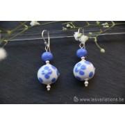 Boucles d'oreille en perles d'artisan blanc avec fleur bleu - collection Vintage