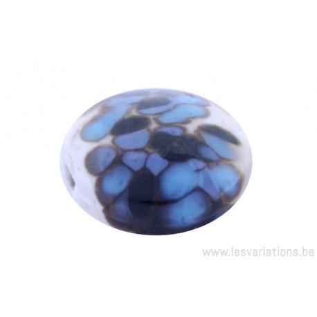 Perle en verre d'artisan -ronde en forme de roue - blanc crème- nuage de bleu